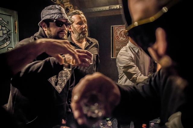 Die Tequila Boys feiern ihr 10 Jahre Jubilaeum im Dachstock. Ein Shot bevor es auf die Buehne geht ©Franziska Rothenbuehler